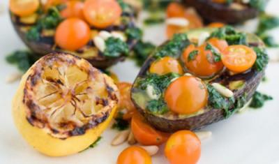 Grilované avokádo s paradajkami