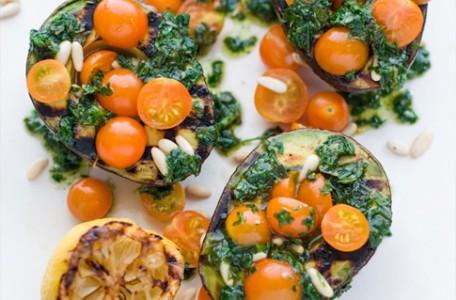 grilovane-avokado-s-paradajkami