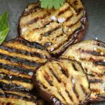 Grilovaný baklažán s cesnakom, rascovým dresingom a feta syrom