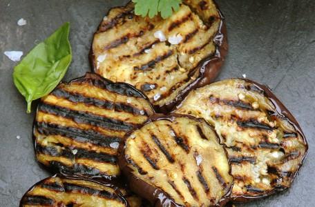 Grilovaný baklažán s cesnakom a syrom feta