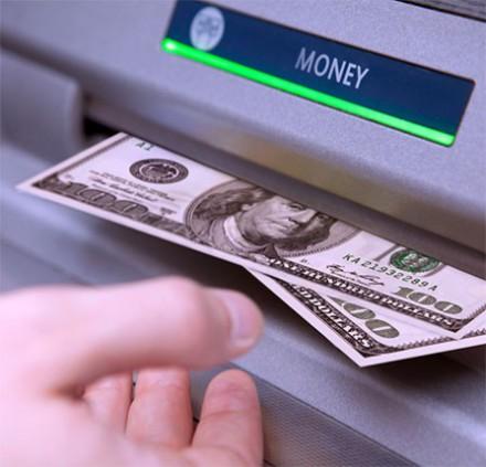 Platba kartou či výber hotovosti z bankomatu v zahraničí?